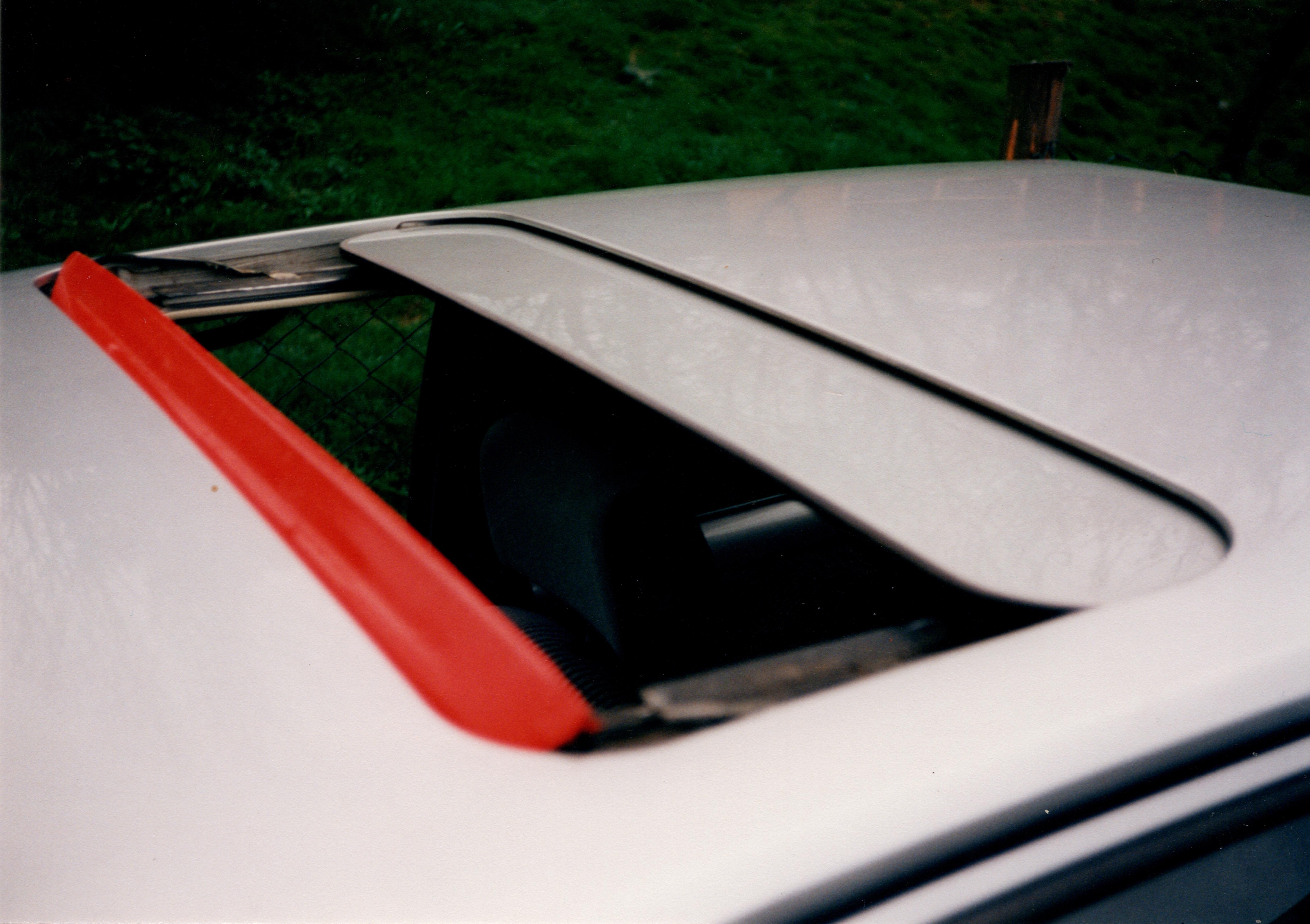 Bild vom Schiebedach eines VW Polo Coupe mit rot lackierter Leiste
